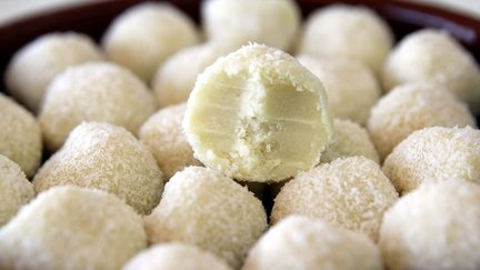 290 – White Chocolate Coconut Truffles / كرات الشوكولاتة البيضاء وجوز الهند